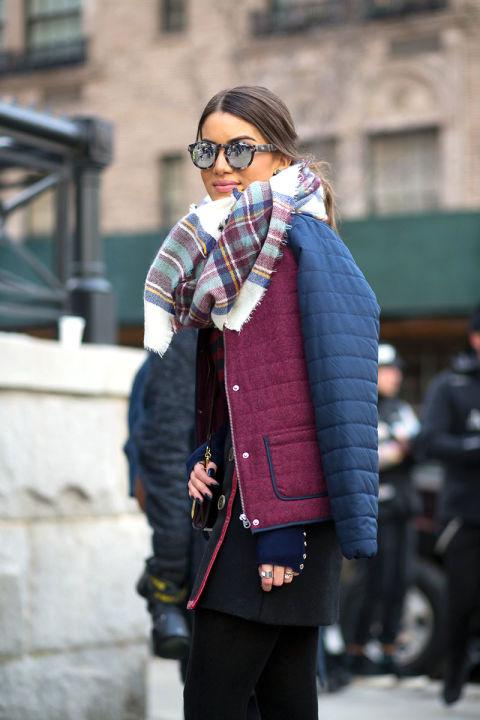 Девушка в мини юбке, куртке и шарфом на шее