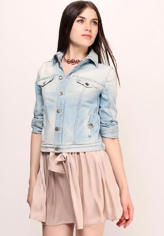 Девушка в платье и джинсовой куртке