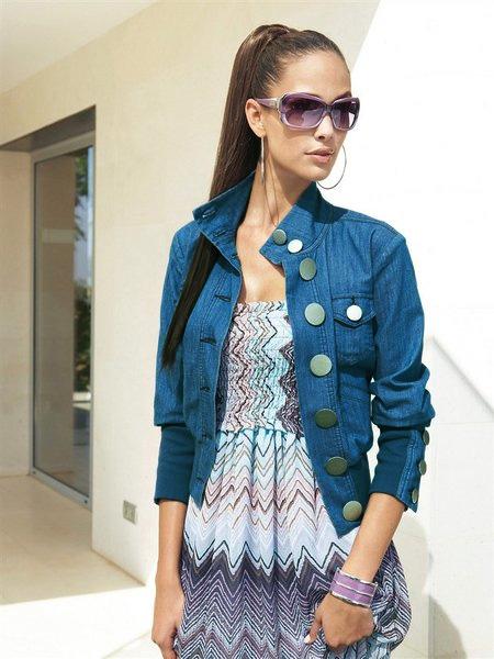 Девушка в сарафане и джинсовой куртке