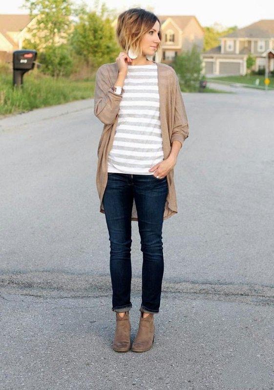 Девушка в темных джинсах, полосатой футболке и кардигане