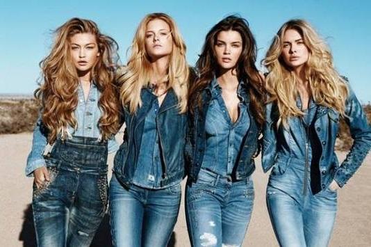 Девушки, с ног до головы, одеты в джинсу