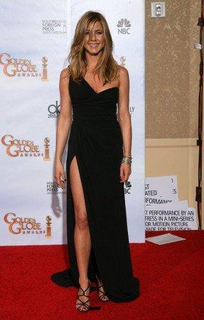 Дженнифер Энистон в черном, вечернем платье с разрезом и босоножках на шпильке