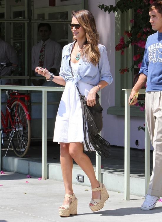 Джессика Альба в белом платье и босоножках на танкетке