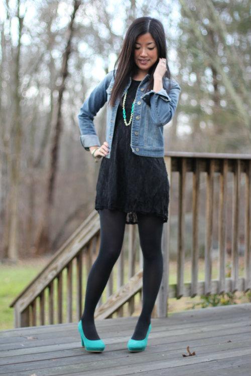 Девушка в черном платье и бирюзовых туфлях