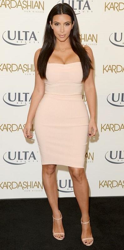 Ким Кардашян в обтягивающем платье и босоножках на шпильке