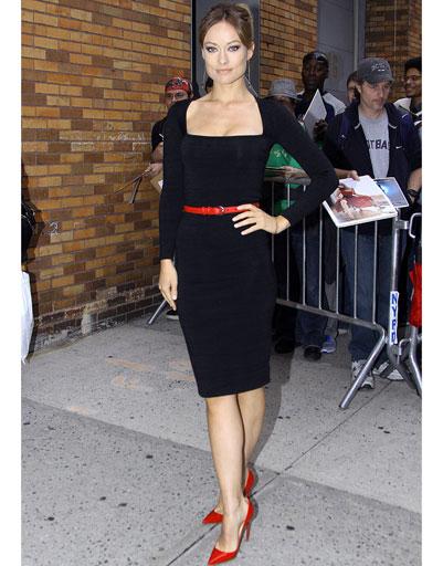 Оливия Уайлд в маленькое черном платье и ярких лодочках