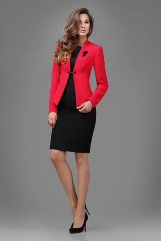 Девушка в маленьком черном платье и красном жакете