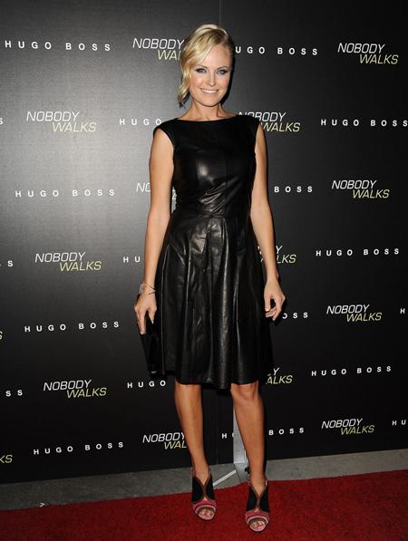 Малин Акерман в черном кожаном платье