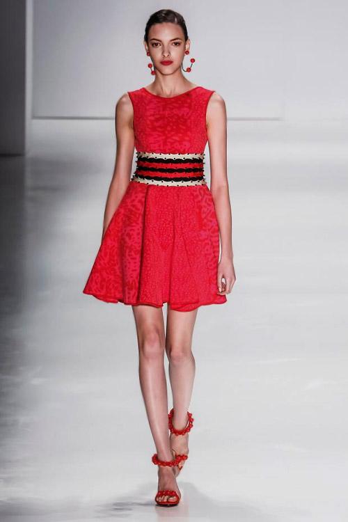 Модель в красном, коротком платье и красных босоножках на шпильке