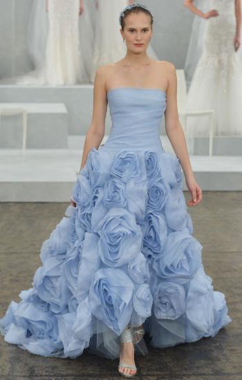 Модель в шикарном платье, расшитом розами и босоножках