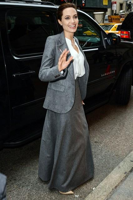 На показ фильма в Нью-Йорке Джоли надела костюм из серой расклешенной юбки в пол, серого жакета и белой блузы