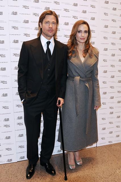 Очень элегантная Анджелина Джоли в сером шерстяном пальто, рядом Бред Питт