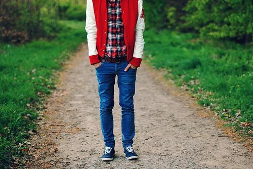 Парень в джинсах, клетчатой рубашке и укороченно куртке