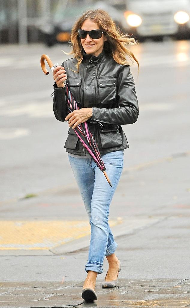 Сара Джессика Паркер кожаной куртке и джинсах