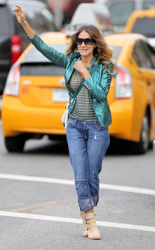 Сара Джессика Паркер в бойфрендах и полосатой футболке