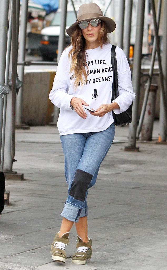Сара Джессика Паркер в джинсах с заплатой и шляпе
