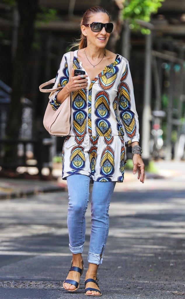 Сара Джессика Паркер в голубых джинсах и тунике с принтом