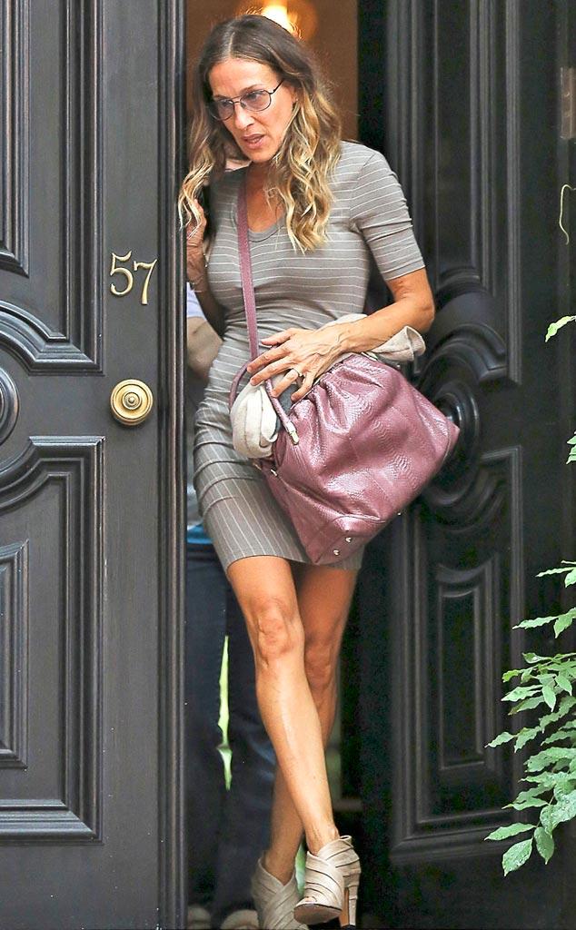 Сара Джессика Паркер в сером платье в полоску