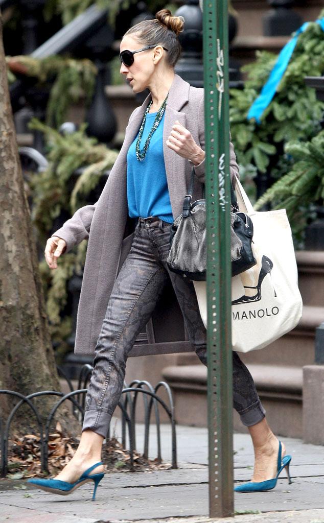 Сара Джессика Паркер в синем топе и пальто