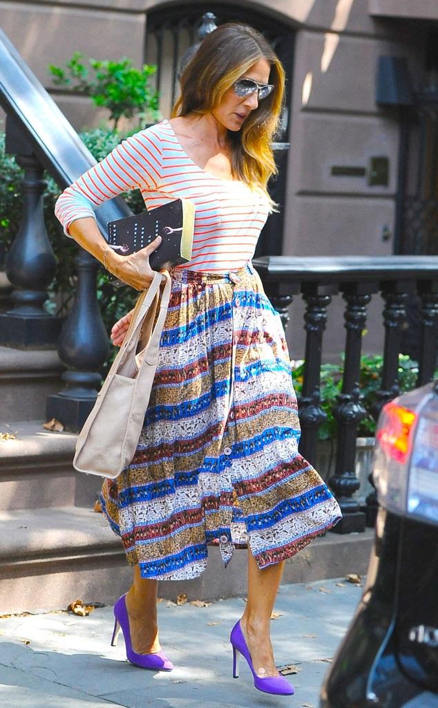 Сара Джессика Паркер в юбке миди, полосатом топе и туфлях на каблуках