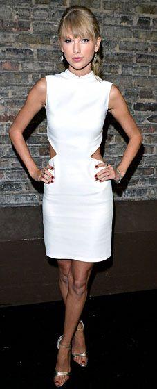 Тейлор Свифт в белом платье и босоножках на шпильке
