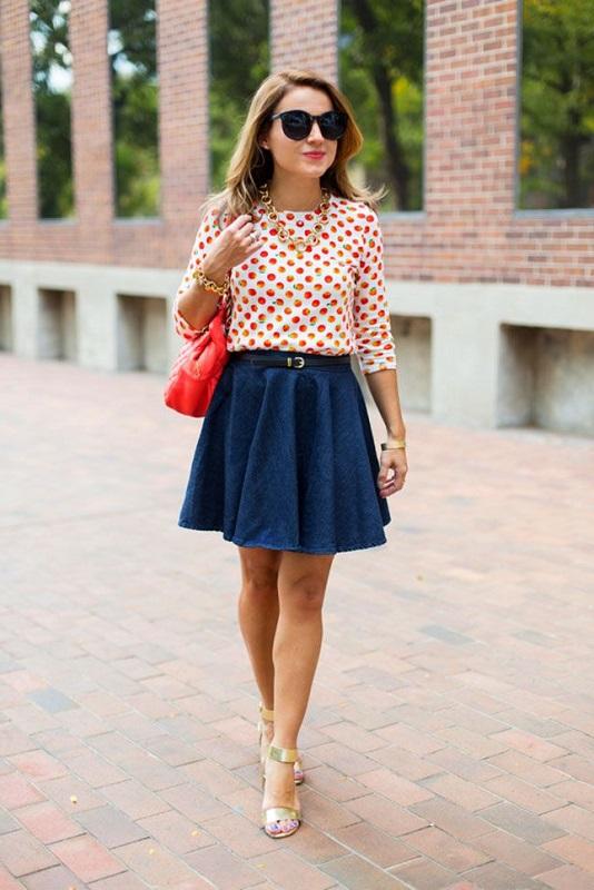У деушки очень милый образ, широкая, джинсовая юбка и кофточка в горошек