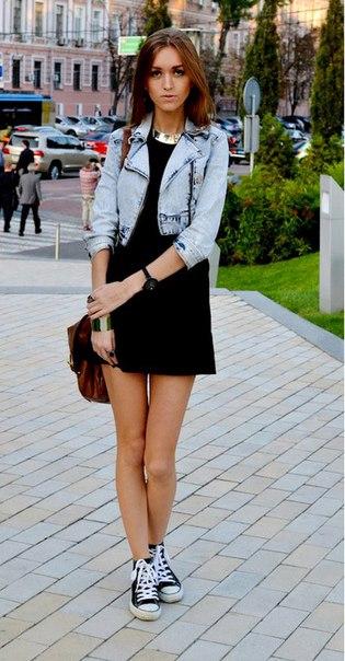 Девушка в маленьком черном платье и укороченной джинсовой куртке