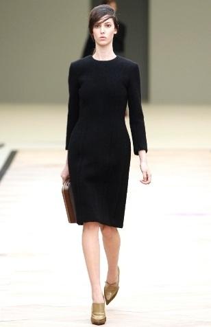 Черное платье ниже колена без рукавов