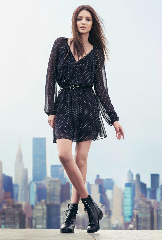 Миранда Керр в черном платье в горошек и грубых ботинках