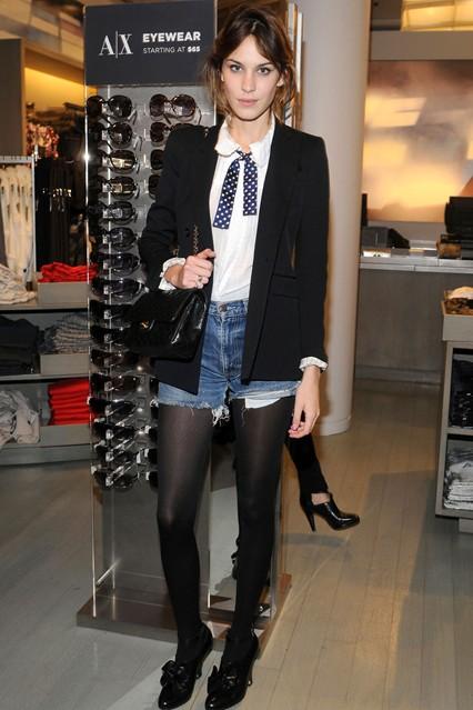 Алекса Чанг в белой блузе, черном пиджаке и джинсовых шортах, на ногах черные лоферы