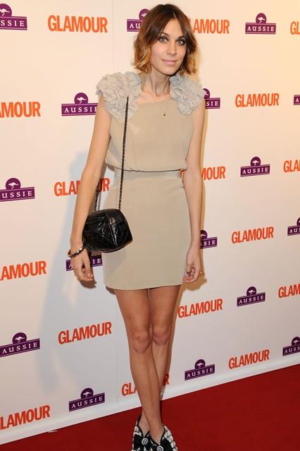 Алекса Чанг в бежевом платье от Poltock & Walsh. Ботильонах от Chanel и стеганой сумкой на длинном ремне