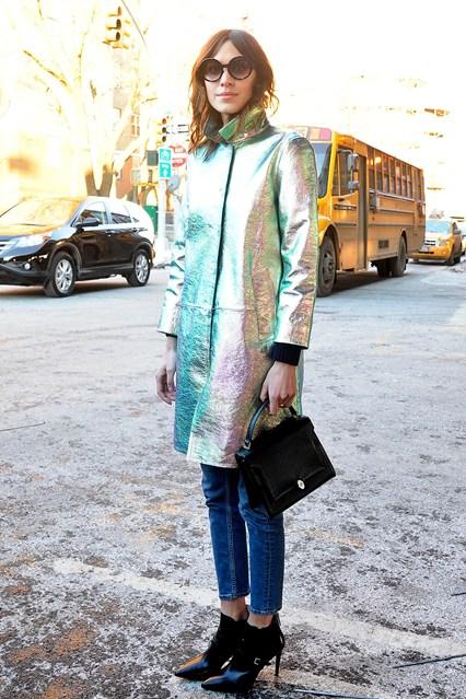 Алекса Чанг в блестящем серебряном пальто и джинсах