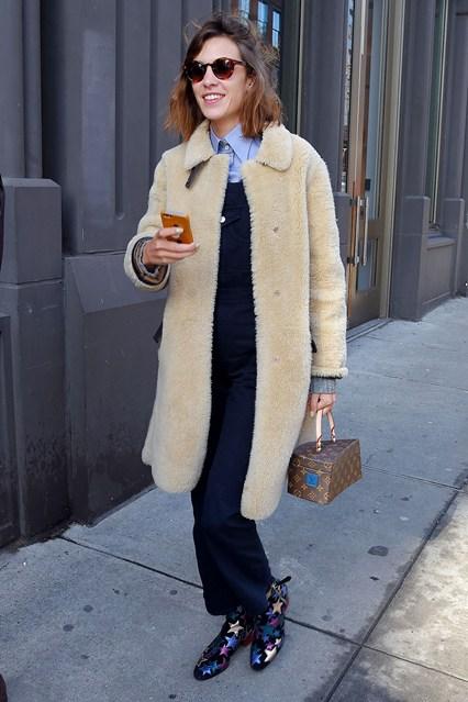Алекса Чанг в ботинках от Tommy Hilfiger, комбинезоне, пальто из овечьей шерсти и маленьким кейсом от Louis Vuitton