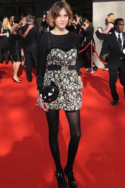 Алекса Чанг в черно-белом платье с поясом от Brit designers's, туфлях и забавной сумкой от Lulu Guiness
