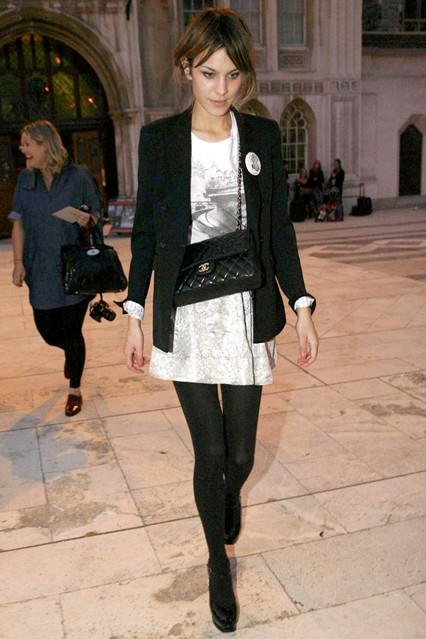 Алекса Чанг в черном пиджаке, белой футболке и юбке