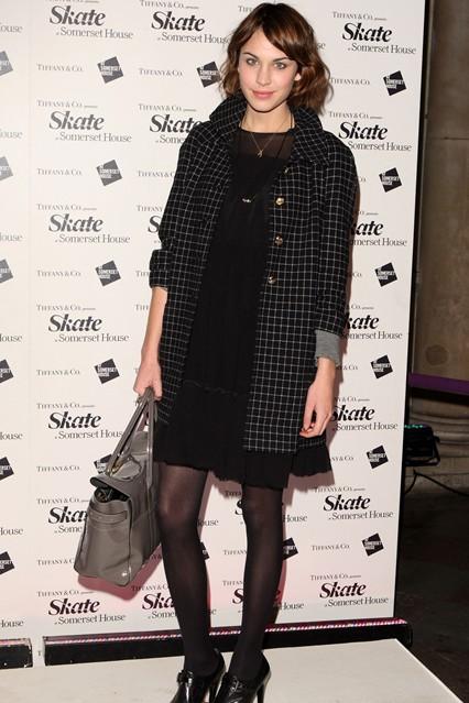 Алекса Чанг в черном платье и пальто в клетку с сумкой из коллекции Mulberry Alexa