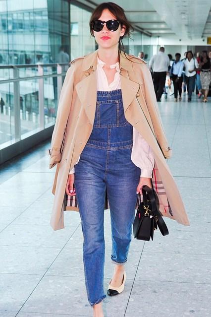 Алекса Чанг в джинсовом комбинезоне с белой блузой. Балетки от Chanel и бежевое пальто от Burberry