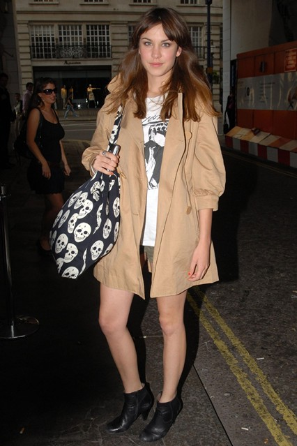 Алекса Чанг в футболке от Urban Outfitters, мини-шортах и ее любимых черных ботильонах