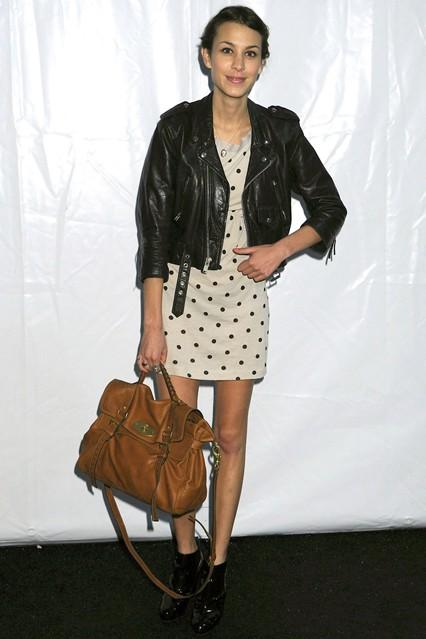 Алекса Чанг в кожаной куртке и белом платье в горошек с сумкой от Mulberry