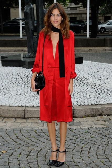 Алекса Чанг в красном шелковом платье-кимоно , дополнила свой образ черными туфлями с ремешками и черным шарфом