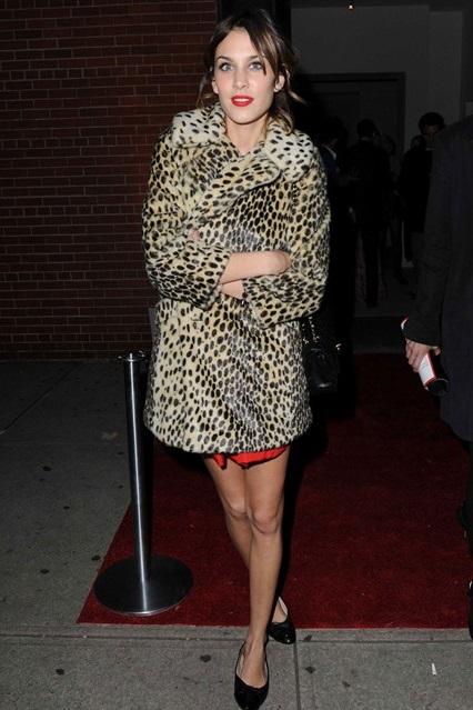 Алекса Чанг в леопардовом пальто от Topshop и балетках от Chanel