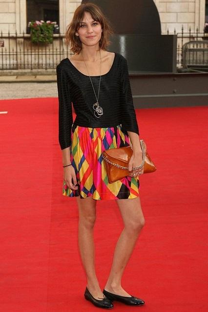 Алекса Чанг в мини платье с разноцветным низом и балетках от Chanel