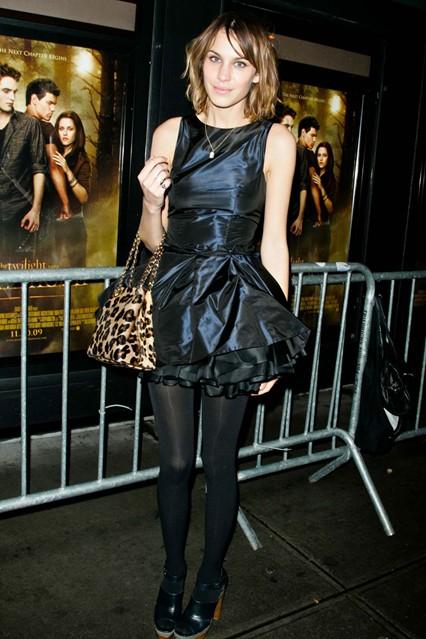 Алекса Чанг в многослойном платье-мини из сатина от Katy Rodriguez и леопардовой сумкой