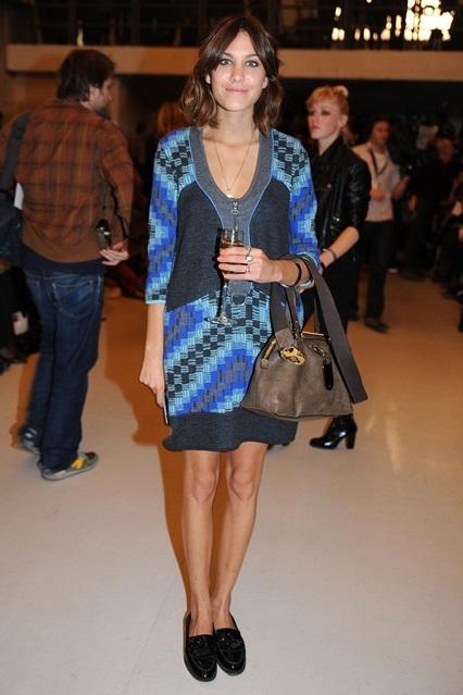 Алекса Чанг в платье интересной вязки от Louise Golding и паре глянцевых лоферов от Russell & Bromley