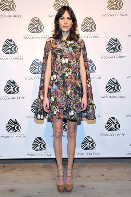 Алекса Чанг в принтованном платье-бабочке от Valentino