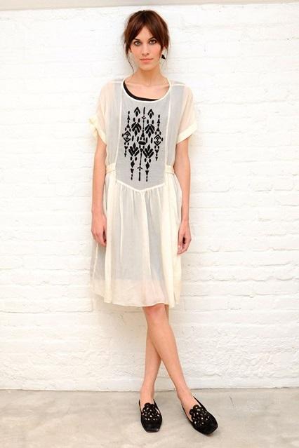 Алекса Чанг в прозрачном платье свободного кроя