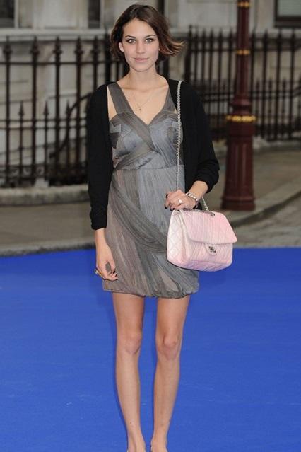Алекса Чанг в сером платье от Burberry, лоферах и большой сумкой от Chanel