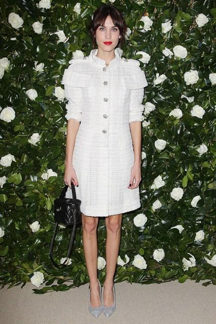 Алекса Чанг в шикарном белом платье из твида и яркими красными губами