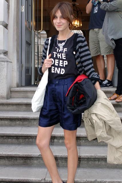 Алекса Чанг в шортах и сумкой от H&M и полосатом кардигане от Sonia Rykiel и футболке от Marc Jacobs