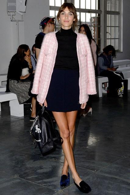 Алекса Чанг в синей юбке, черной водолазке и светло-розовом пальто от Chanel